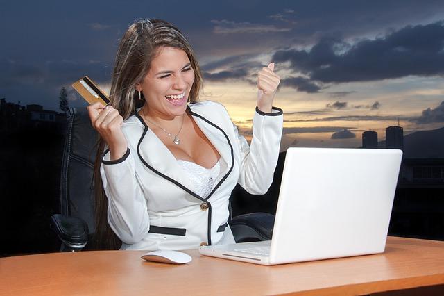 žena platí kartou na e-shopu