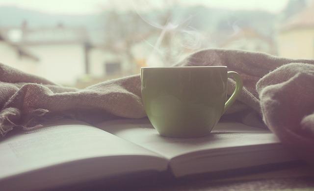 šálek na knize