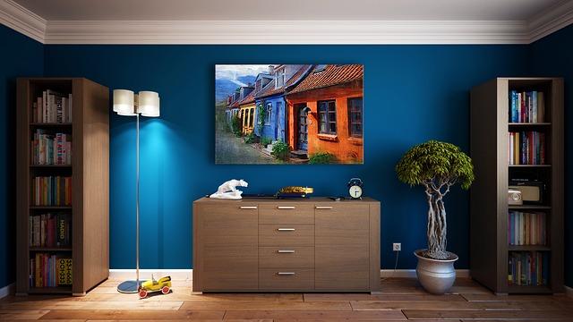 obývací pokoj s modrou stěnou a bílou zásuvkou