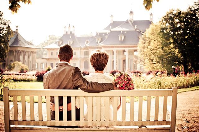 Pár na lavičce