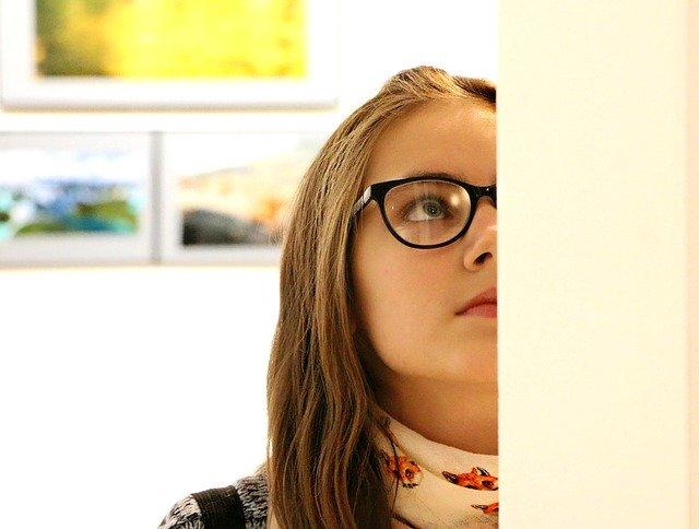 Studentka na výstavě