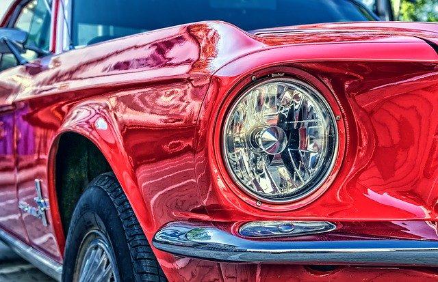pohled zblízka na čelní světlo sportovního automobilu