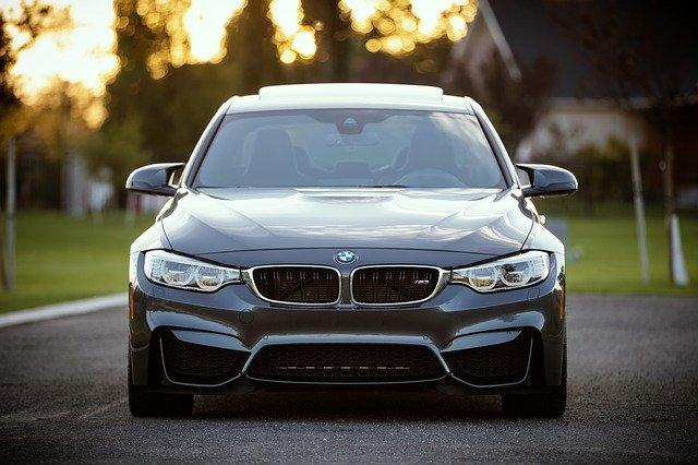 pohled zepředu na sportovní automobil